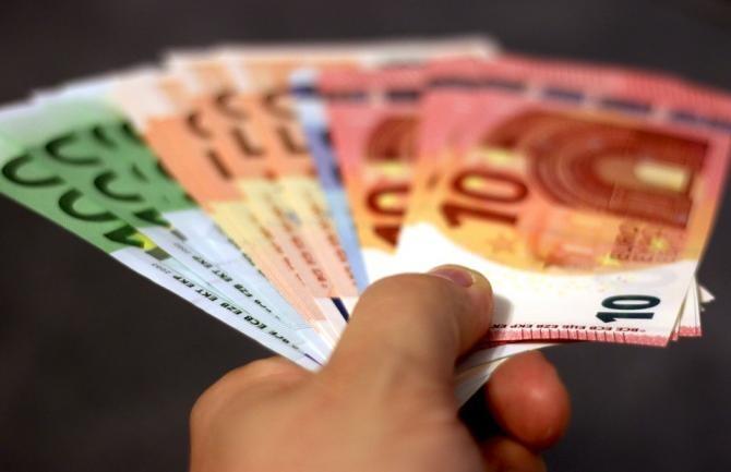 """O bătrână din Brașov i-a dat unui străin 130.000 euro după ce a păcălit-o prin """"metoda accidentul"""" / Foto: Pixabay"""