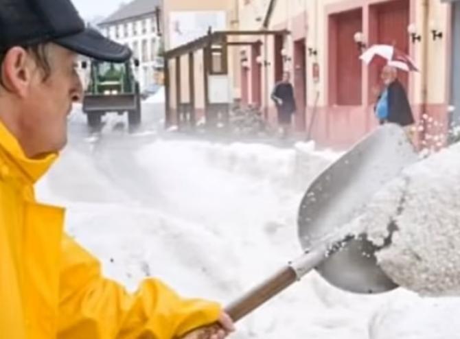 """Un oraș din Franța a fost îngropat sub jumătate de metru de grindină. Imagini """"apocaliptice""""  /  Sursă foto: Captură YouTube"""
