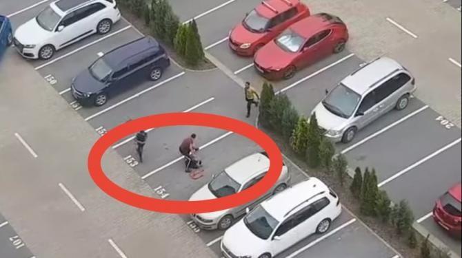 Un tânăr, bătut cu bestialitate și călcat pe cap într-o parcare din Brașov / Foto: Caputăr video Youtube Newsbv