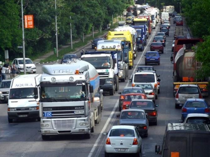 Protest. Transportatorii acuză 'hărţuirea' autorităţilor fiscale. Vor circula cu viteză redusă