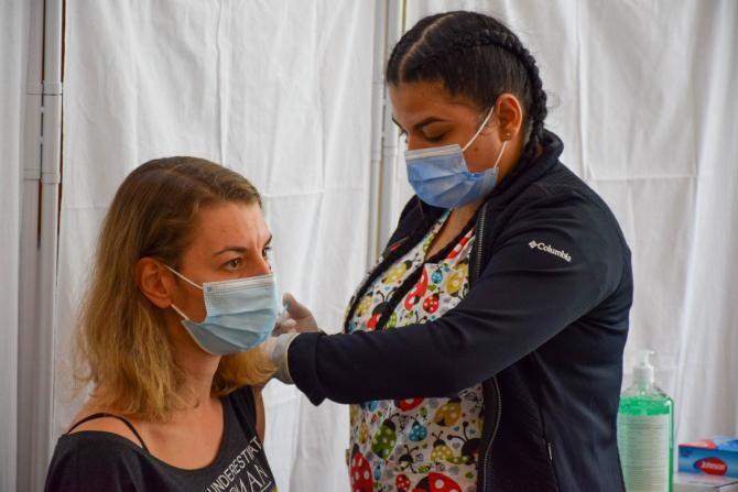"""La întrebarea """"Dacă fac prima doză și nu pot ajunge în țară pentru a doua, care este termenul limită pentru cea de a doua vaccinare?Călătoresc special din Europa pentru acest proces"""", CNCAV a venit cu răspunsul."""