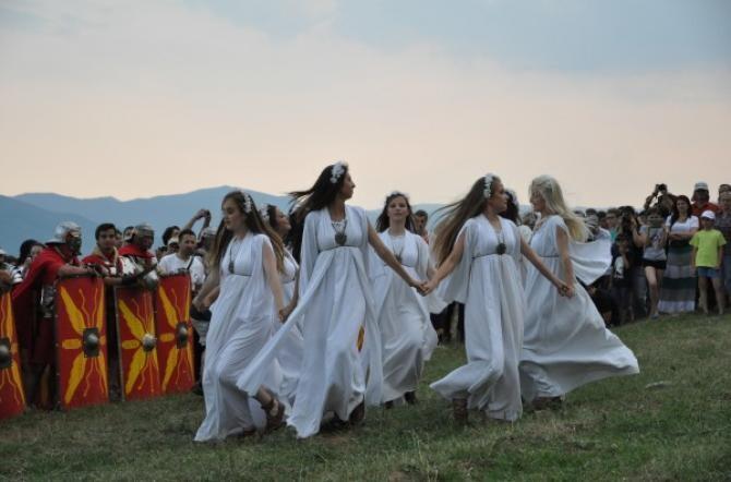Drăgaica se sărbătorește printr-un dans făcut de un grup de 5-10 fete din care una este aleasă, ca Drăgaică. Ea este îmbrăcată ca o mireasă și împodobită cu spice de grâu, în timp ce fetele celelalte se îmbracă în alb, poartă un val pe față în care sunt p