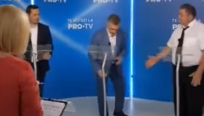 Scandal la o dezbatere electorală din Republica Moldova. Un candidat a aruncat cu o sticlă de apă  /  Sursă foto: Captură YouTube Unimedia
