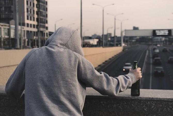 Pixabay / A sunat la 112 pentru că o altă persoană i-a furat sticla de băutură