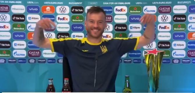 Un fotbalist ucrainean a ironizat gestul făcut de Cristiano Ronaldo cu sticlele de Coca-Cola. 'Vă rog, sunați-mă!' / Video Twitter Zorya Londonsk