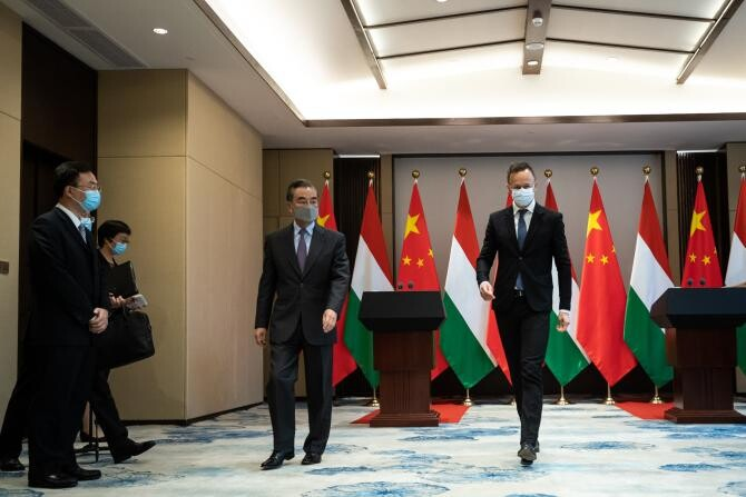 Ungaria l-a decorat pe ministrul de Externe al Chinei  /  Sursă foto: Facebook Szijjártó Péter
