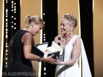 Julia Ducournau primind marele premiu pentru pelicula Titane din partea  actriței Sharon Stone