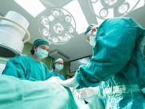 Bebeluş, separat de un 'geamăn-parazit'. 25 de medicii saudiți au participat la operație