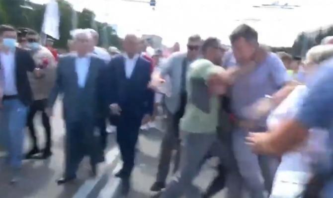 Incidente la Chișinău. Dorin Chirtoacă s-a năpustit la Dodon, dar a fost luat pe sus / Sursă foto: Captură YouTube