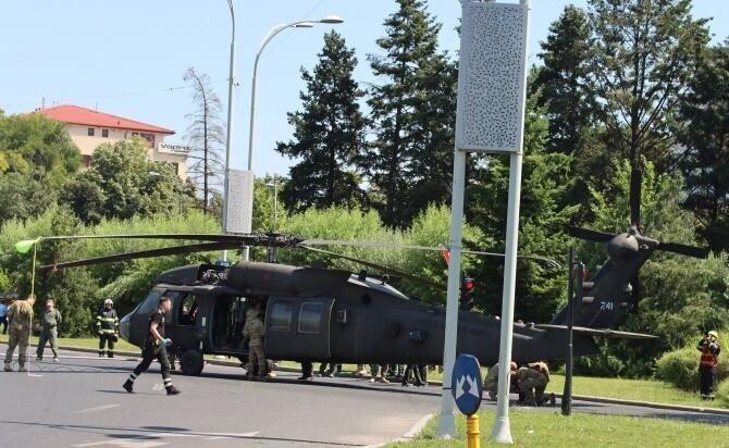 Aterizarea forțată a elicopterului militar american Black Hawk în Piața Charles de Gaulle din București / Foto Crișan Andreescu