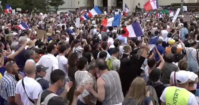 """Franța: Proteste împotriva """"permisului de sănătate"""". Poliția a folosit gaze lacrimogene / Sursă foto: Captură Youtube"""