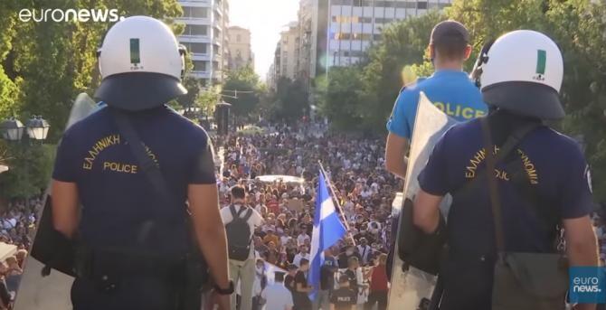 Manifestaţie în Grecia împotriva noilor măsuri anti-Covid impuse de premierul Kyriakos: Demisia! / Captură Video Euronews YouTube