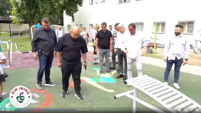 Primarul Piedone inspectează un loc de joacă, în Ferentari 72