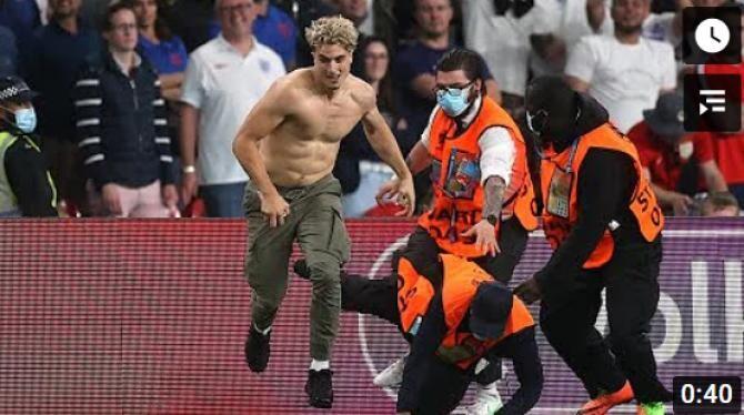 Show total la finala EURO 2020. Un suporter a 'invadat' terenul. Forțele de ordine s-au chinuit să îl prindă zeci de secunde / Captură Video Football is life YouTube