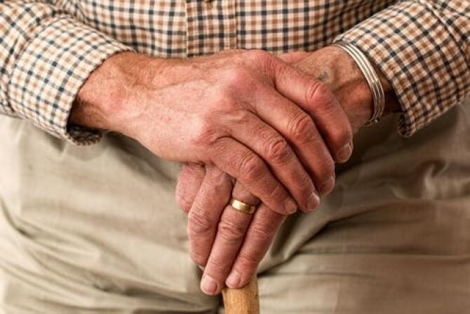 Telefonul Vârstnicului, apelat pentru sfaturi de utilizare a smartphone-ului, ajutor social sau din cauza singuratății