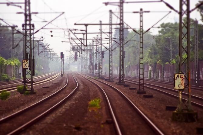 Un ieșean a sărit din mașină înainte ca aceasta să fie lovită de tren și și-a lăsat soția în urmă / Foto: Pixabay