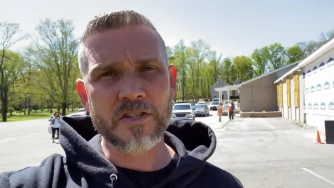 Un pastor din SUA își amenință credincioșii că îi va da afară din biserică dacă vin cu masca la slujbă / Sursă foto: Captură Twitter