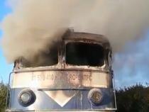 Locomotiva unui tren de călători, în flăcări / Foto: Captură Realitatea PLUS
