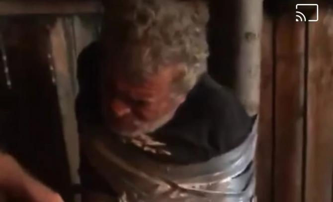 Bărbat din Vaslui, legat cu bandă adezivă de un stâlp / Foto: Captură video BZV