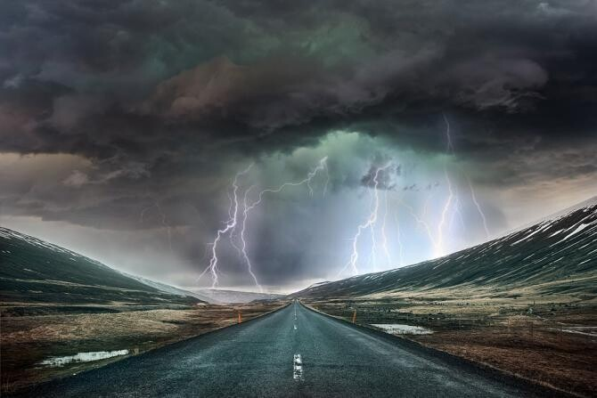 """Momentul în care un fulger lovește o camionetă. Șofer: """"A fost ca o explozie"""" / Foto: Pixabay"""