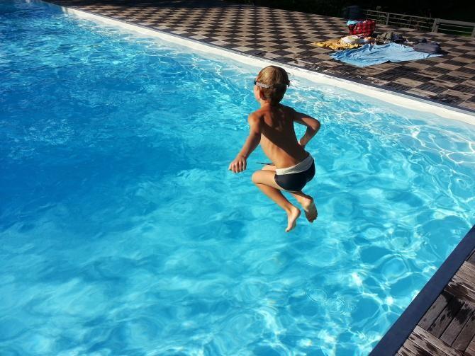 O fetiță de 9 ani se zbate între viață și moarte după ce a căzut într-o piscină / Foto: Pixabay