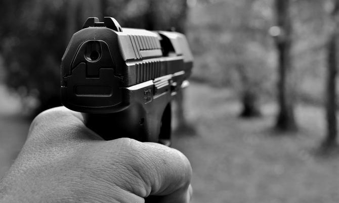 Panică în Dolj. Un român cu domiciliul în Franța, înarmat până în dinți, a amenințat cu pistolul pe o terasă / Foto: Pixabay
