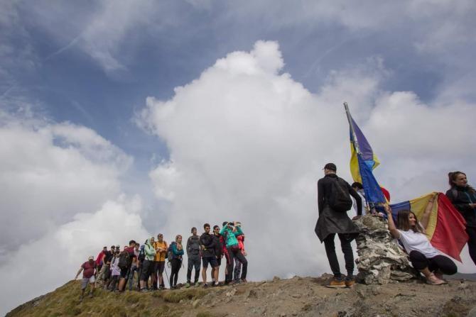 Vârful Moldoveanu, mai aglomerat decât Calea Victoriei. Se stă la rând pentru poză  /  Sursă foto: Facebook Alexandru Nicolae