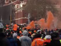Război stradal între manifestanții antivaccinişti și poliție la Melbourne. Magazine și mașini vandalizate, 3 polițiști răniți / Video AFP