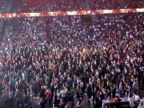Cluj-Napoca, un nou concert fără respectarea măsurilor. Mii de oameni, umăr la umăr în Sala Polivalentă   /   Sursă foto: Facebook Cluj.com - Ghid Local