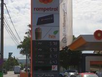 Stațiile Rompetrol care au puncte de încărcare afișează asta în partea de jos a panoului de la intrare. Foto: Rompetrol