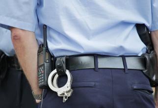 VIDEO - Polițist local din Bârlad, pus să aspire mașina șefului în timpul serviciului