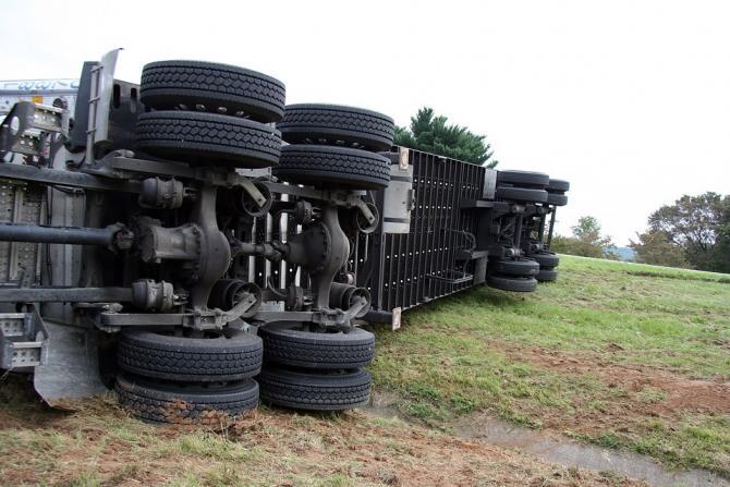 Tânăr șofer de TIR, MORT după ce a căzut în râpă. N-a văzut că se TERMINĂ autostrada / Foto: Pixabay