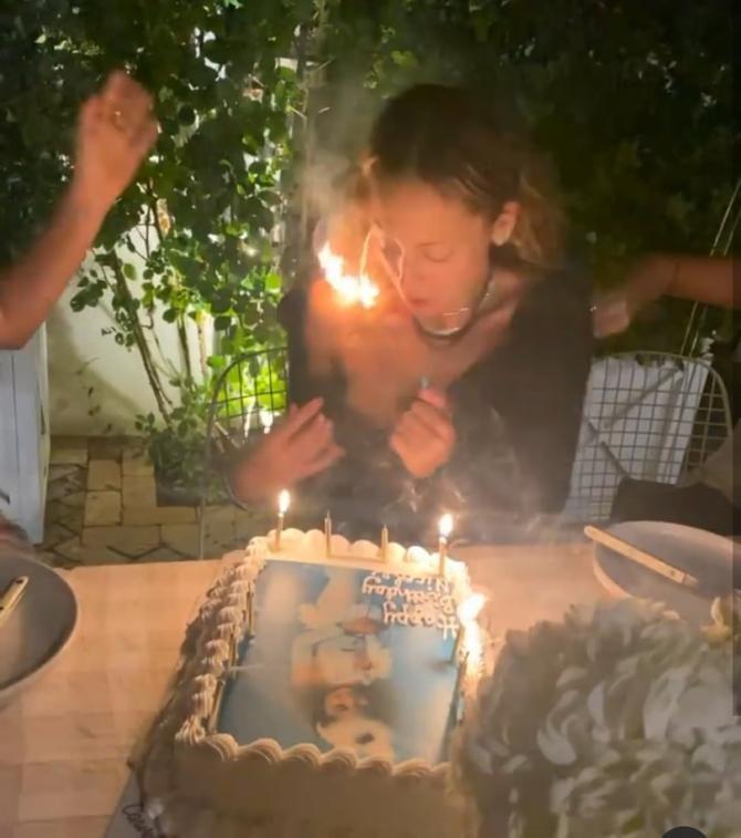 Părul actriței americane Nicole Richie a luat foc în timp ce sufla în lumânările de pe tort / Captură video Instagram