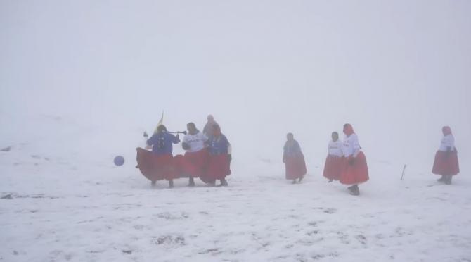 Alpinistele Cholitas, indigene din Bolivia, au jucat fotbal la 5.890 de metri altitudine    /   Sursă foto: Captură YouTube RT