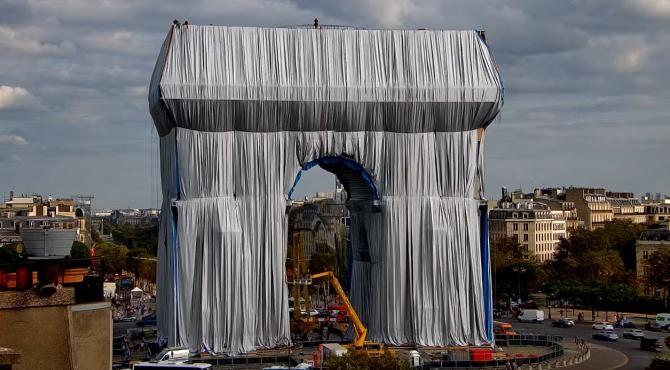 Arcul de Triumf din Paris a fost ambalat într-o folie de plastic reciclabil pentru 14 milioane de euro   /   Sursă foto: Captură YouTube