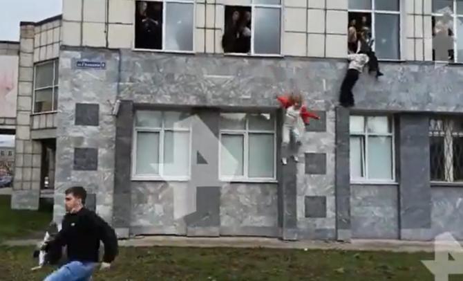 Atac la o universitate din Rusia. Studenții au sărit pe geam pentru a scăpa   /  Sursă foto: Captură Twitter