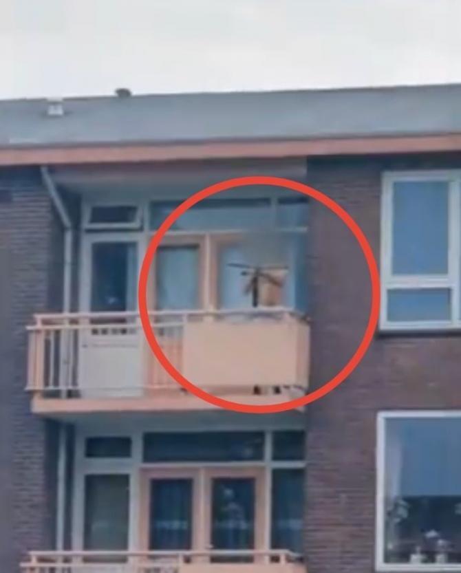 Bărbat, filmat în timp ce trage cu ARBALETA în trecători, de la balcon / Captură video Twitter