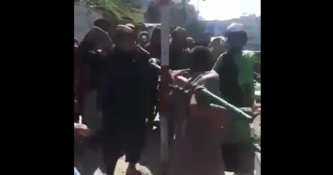 Imagini cu impact emoțional în Kabul. Un bărbat care ar fi furat un telefon e biciuit cu lanțul  /  Sursă foto: Captură Twitter