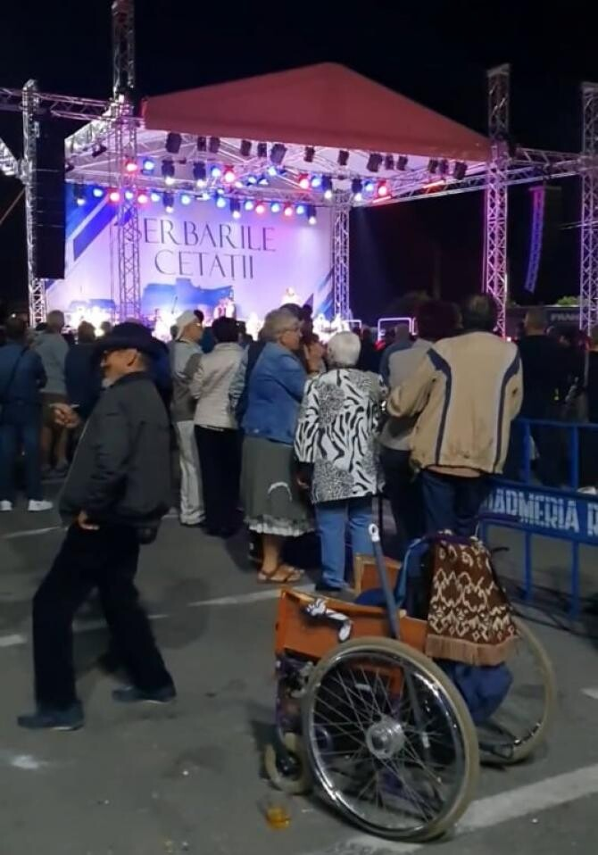 Muzica populară l-a făcut pe un bărbat în scaun cu rotile să se ridice și să danseze / Foto: Captură video Facebook