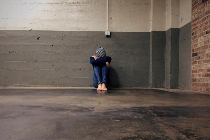 Elev din Arad, snopit în bătaie într-o sală de clasă, după ce a refuzat să închidă o ușă / Foto: Pixabay