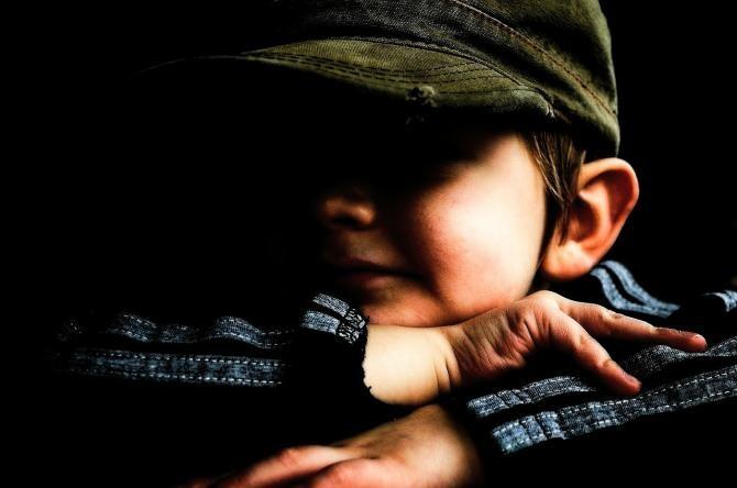 Foto ilustrativ copil. Imagine de PublicDomainPictures de la Pixabay
