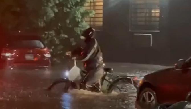 VIDEO VIRAL cu un curier care a mers spre adresa de livrare, chiar dacă apa era aproape până la brâu  /  Sursă foto: Captură YouTube