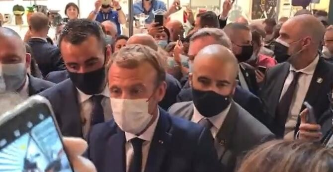 Emmanuel Macron, atacat la Lyon. Un ou a fost aruncat asupra sa    /    Sursă foto: Captură Twitter