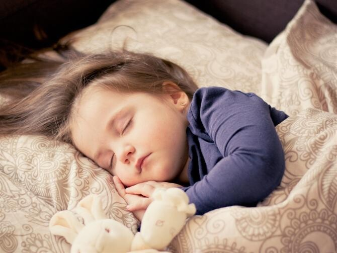 Mamă la doar 4 ani. O fetiță le-a îngrijit pe surorile ei mai mici timp de trei zile după ce tatăl lor a murit / Foto: Pixabay
