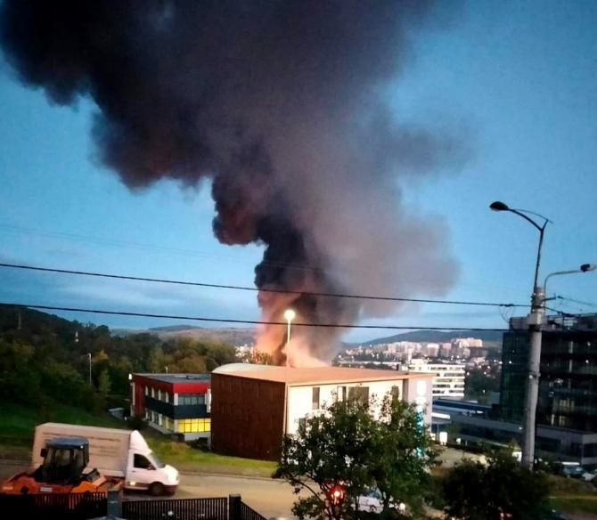 Incendiu cu degajări mari de fum la o hală din Cluj. Locuitorii orașului, avertizați prin RO-Alert în privința poluării