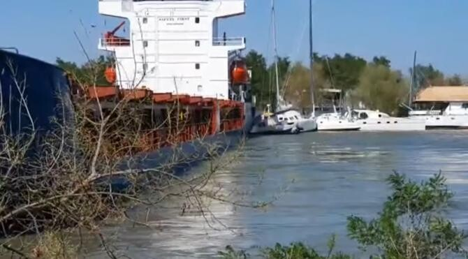 O navă a eșuat pe Canalul Sulina al Dunării, lovind și mai multe vase ancorate la mal  /  Sursă foto: Captură YouTube InfoTulcea