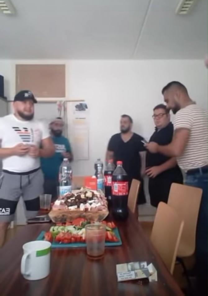 Petrecere cu manele și alcool într-o închisoare din Austria. Românii au transmis totul LIVE / Foto: Captură video Youtube
