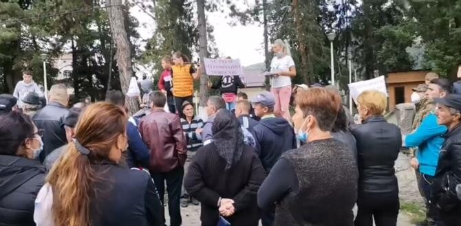 Protest la Rucăr împotriva urșilor: Nu mai putem, fiecare stradă are ursul ei   /   Sursă foto: Captură Ziarul din Muscel