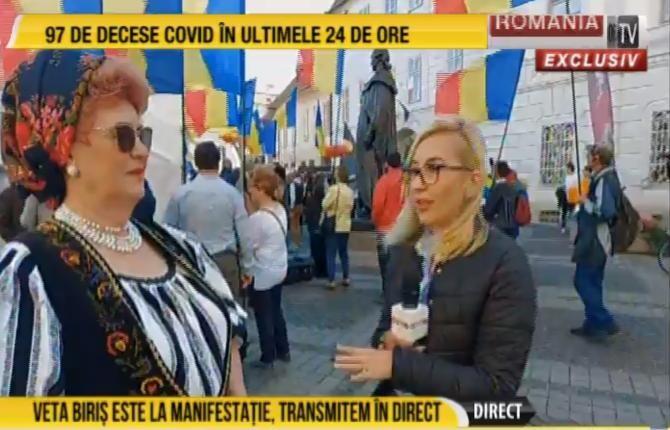 Protest la Sibiu împotriva statuii lui Samuel von Brukenthal. Veta Biriș e prezentă la eveniment   /   Sursă foto: Captură RTV