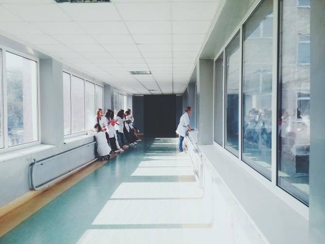 Spital / Imagine de StockSnap de la Pixabay